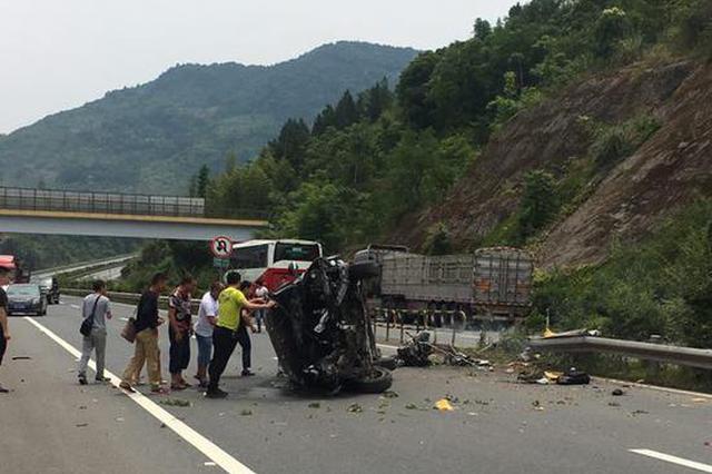 越野车高速路侧翻5人被困 检察官路过停车救人