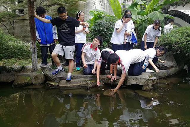 中学组织学生比赛钓小龙虾:清理校园也为备考减压