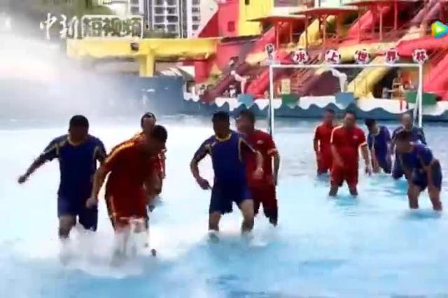 重庆上演水上足球赛 让你见识水里踢足球