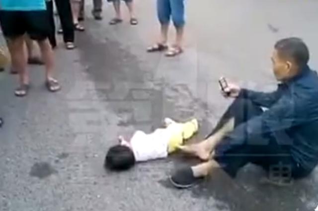 小区外一大挂车右转撞倒行人 婴儿车内一岁女童身亡
