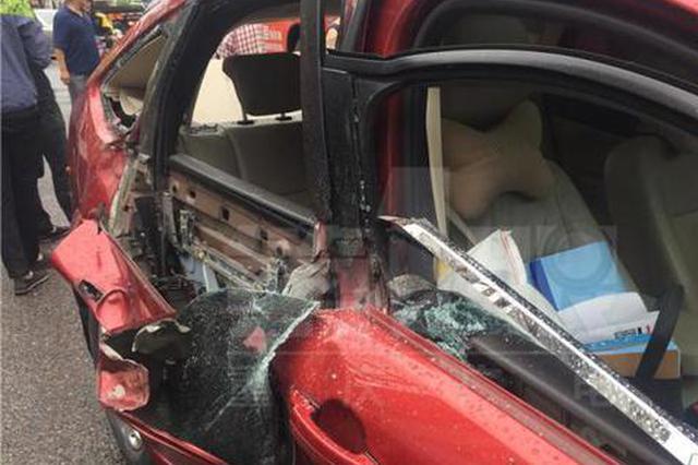 重庆主城吊车倒塌砸中轿车致1人伤 截断交通堵惨了