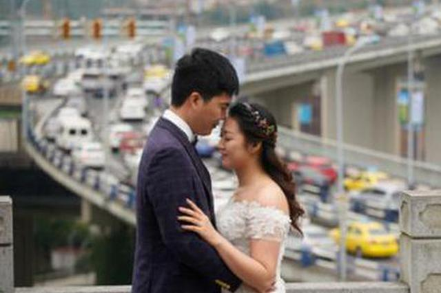 夫妻因修建嘉华大桥推迟婚期 11年后补拍婚纱照