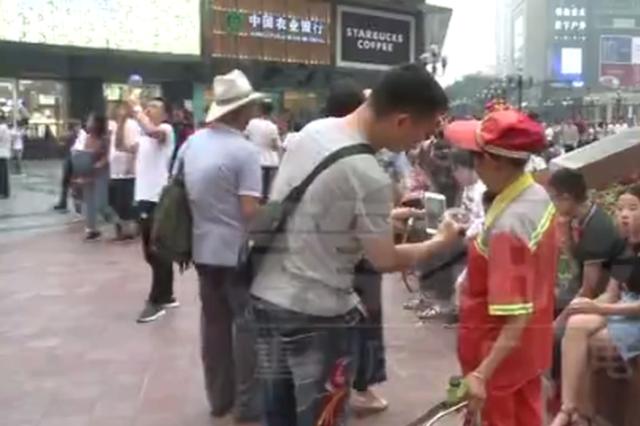 重庆女子从车窗扔垃圾 同行男子训斥环卫工别屁话