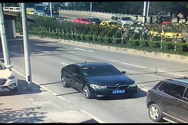 """重庆10年驾龄老司机开车看手机 """"骑""""上了护栏"""
