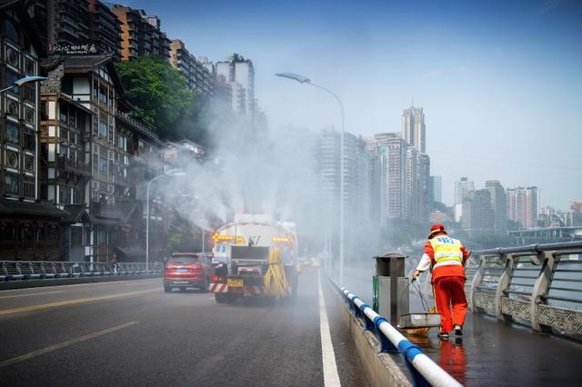洪崖洞客流激增 开2条应急通道12辆公交车驰援