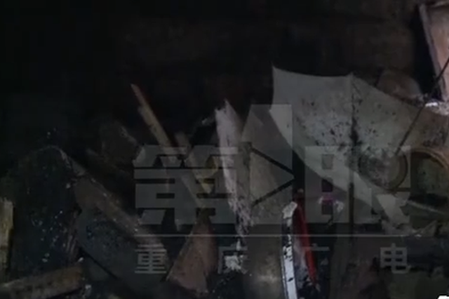 重庆一居民楼垃圾惹祸 百岁老人火场逃生