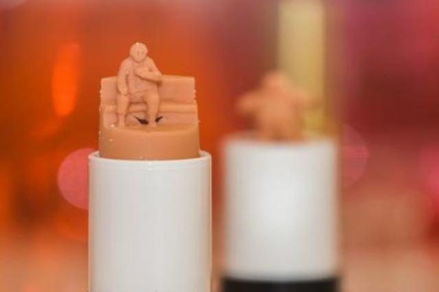 重庆展出40支唇膏雕刻作品 口红上雕刻千厮门大桥