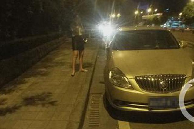支持的世界杯球队输了 小伙气得把女友和车丢在马路上