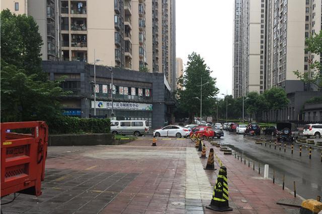 人行道旁藏着的垃圾站拆了 市民走路再也闻不到臭味