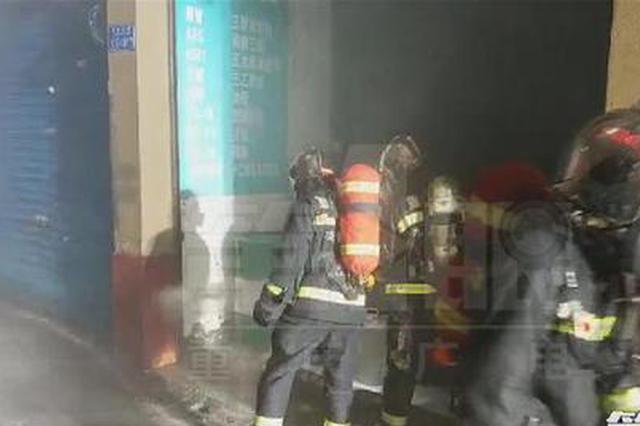 九龙坡一化工店冒出大量刺激性白烟 竟是雨水惹的祸
