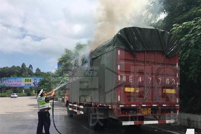重庆一满载货车冒烟起火 司机为何加速前进?