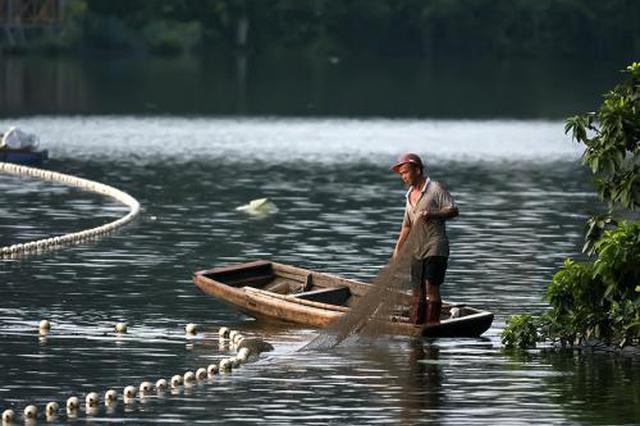 重庆渔民夫妇禁渔期捕鱼 三年内都没法干这活儿了