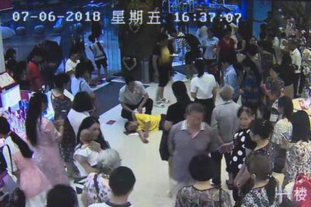 垫江:男子突发疾病栽倒在地 众人合力救助脱险