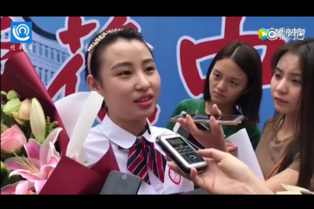 重庆首份高考录取书得主 收到消息时她正在电子厂打工