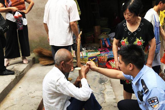 云阳一老人饿晕街头 群众纷纷送来食物民警暖心喂食