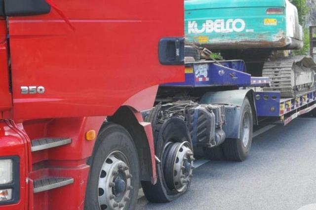 """轮胎爆裂护板掉落仍走几公里 重庆高速现""""车坚强"""""""