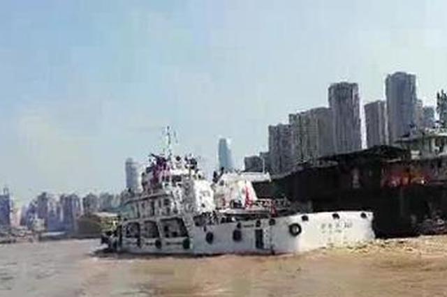 惊险!两艘船在水流中失控 先后撞向朝天门大桥(图)