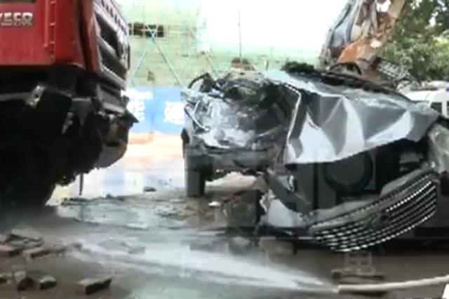 重庆惨烈车祸:大货车辗轧轿车变废铁 司机当场身亡