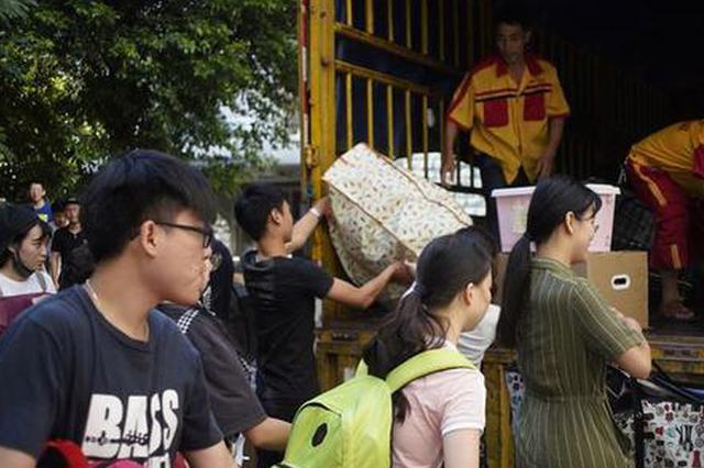 一万多学生今天搬寝室 一男生连帮八位女同学扛行李