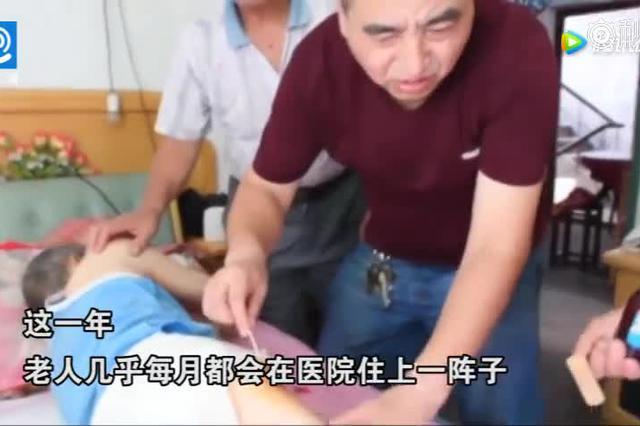 重庆五旬教师改良婴儿背带 背着老岳父看世界