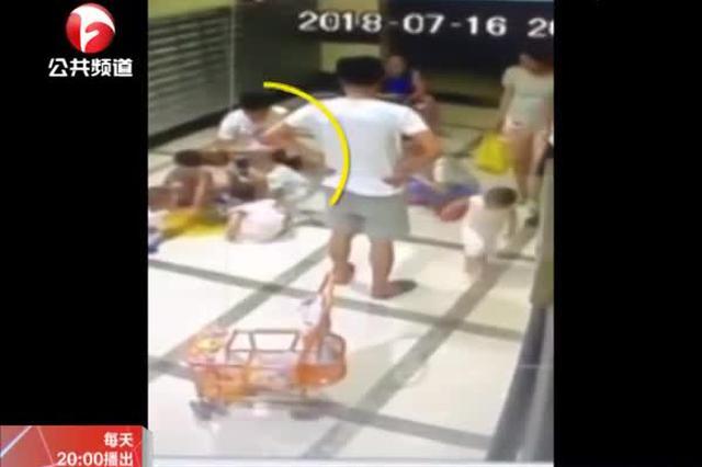重庆:两孩子打架 家长竟抽打另一孩子