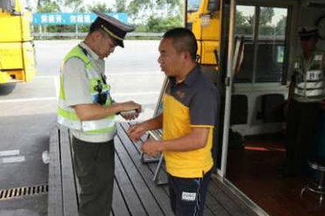重庆:大货车空调故障 驾驶员开车中暑