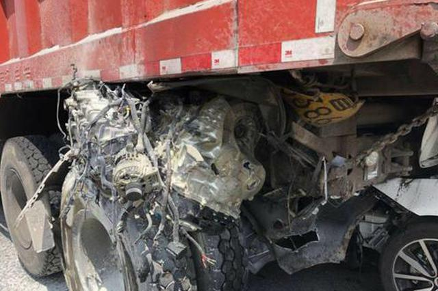 惨烈!小车撞进货车尾部 发动机卡到车轮上