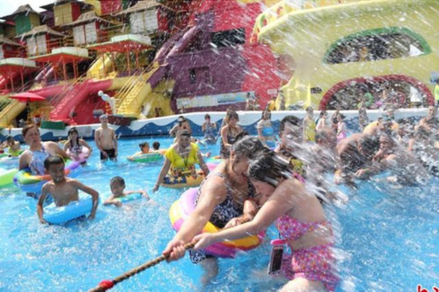 重庆发布高温红色预警 民众水中拔河赛消暑(图)