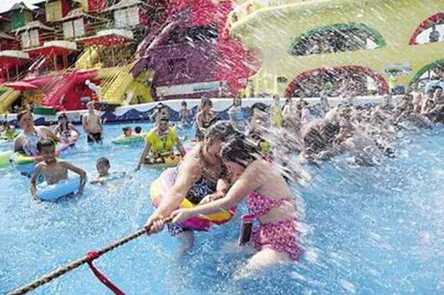 战40℃高温 重庆市民们水中拔河畅享清凉