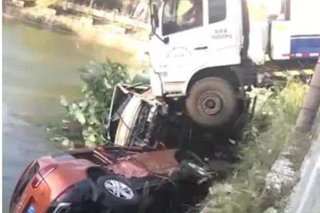 垃圾车下坡失控冲向路边 两车被撞下池塘