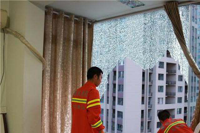 """重庆连日高温 市民家落地窗玻璃""""热炸了""""(图)"""