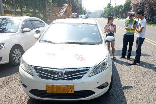 在非教学路段练车遇交警 教练对学员说:莫停!快跑