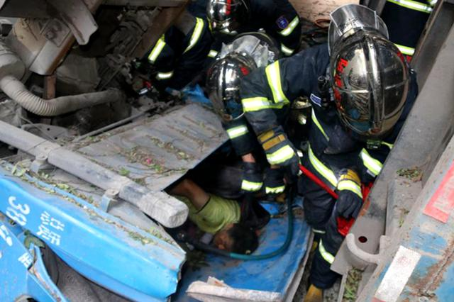 重庆:小车坠入下穿道 司机被困无法动弹