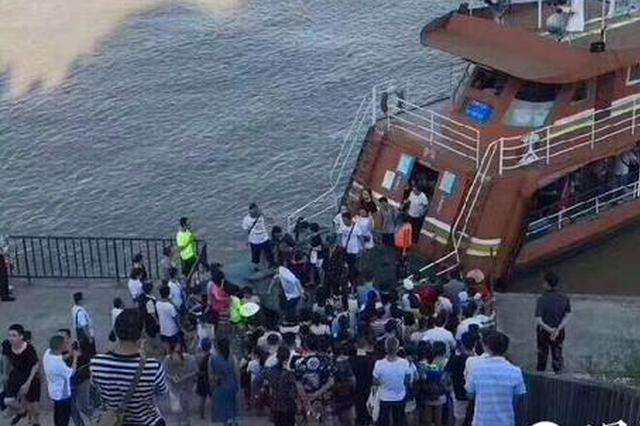 """上班只有挤公交地铁?重庆这群人排队坐""""公交船"""""""