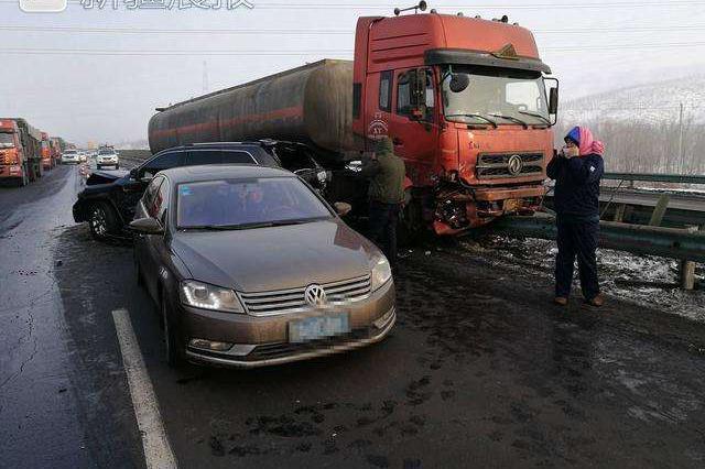 绕城高速发生车祸 重型大货车追尾小客车致3死1伤