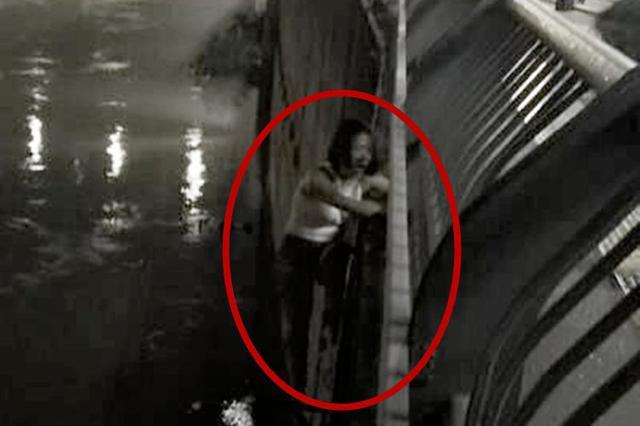 女孩酒后欲跳桥获救 竟埋怨警察:你们凭什么抓我