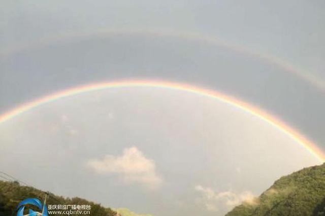 壮观!重庆天空横跨两条彩虹 美不胜收(图)