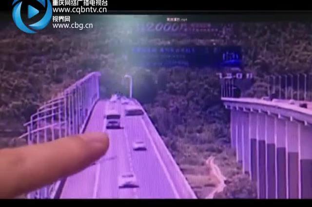 惊险10秒!高速大桥上爆胎 撞击桥栏三次后侧翻