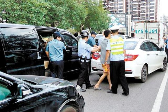 """乘客投诉不到3公里收300元 执法人员精准抓""""现行"""""""