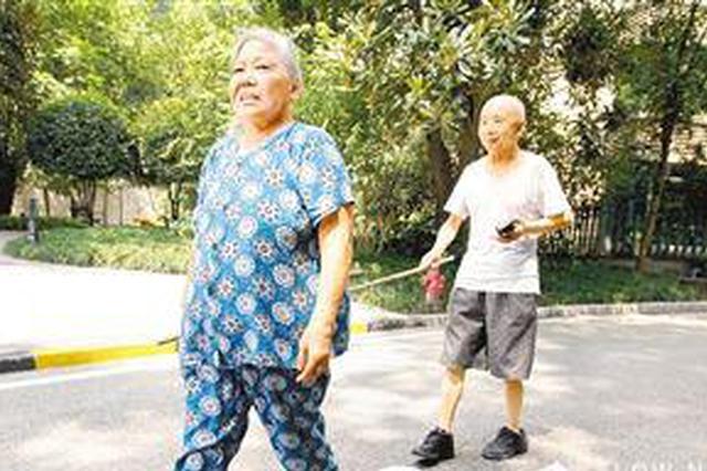 """妻子每天用竹竿牵着失明丈夫散步 """"我就是你的眼"""""""