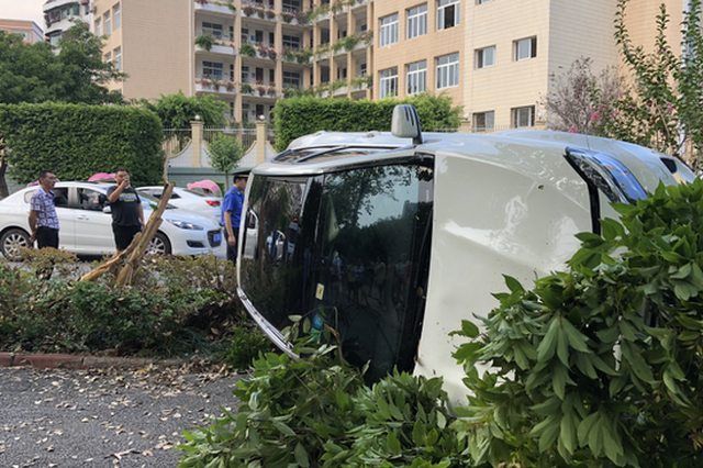 重庆:白色轿车突然失控 路边小伙被撞昏迷