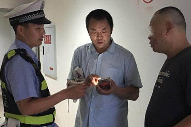 △烤鱼店老板杨先生(中)三天前手机被偷,拿走手机的男子(右)昨天在经过店门口时,被杨先生认出。上游新闻记者 甘侠义 摄