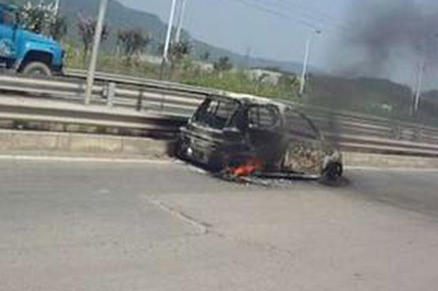 电动汽车行驶中自燃烧成铁架 司机跳车逃生