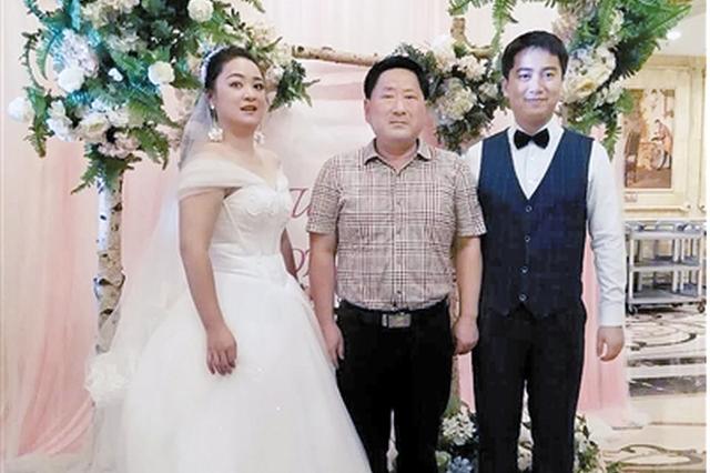 周世军与新人在婚礼上的合影。受访者供图