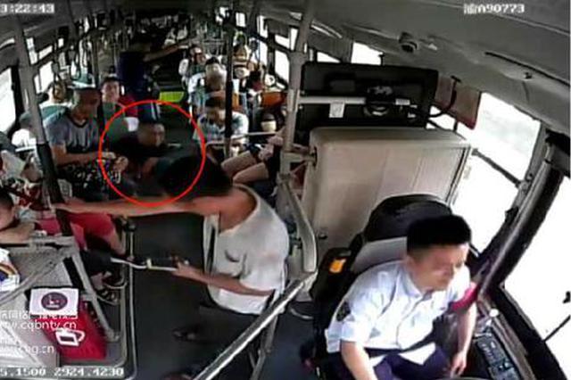 重庆:男子公交车上发病猝然倒地  一车人紧急送医