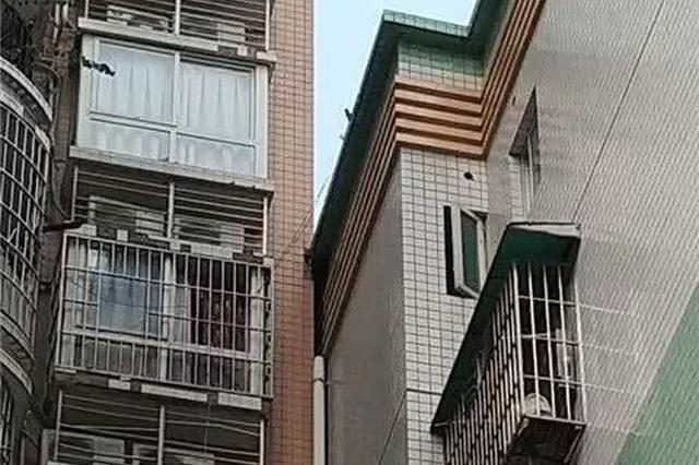 重庆一小区两栋楼发生倾斜楼顶相互挤 住户胆战心惊