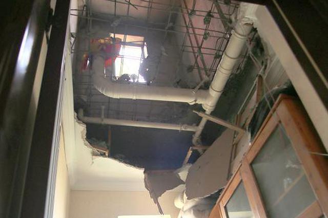 要命装修!楼上钻穿楼板砸到楼下书房 幸好没人……