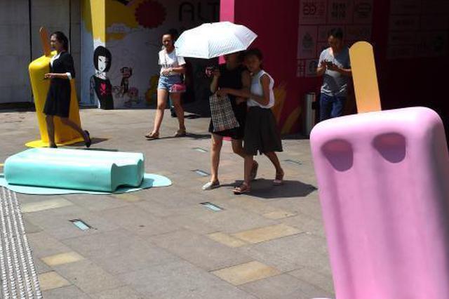 """重庆一广场现巨型""""雪糕"""" 市民称可意念降温"""
