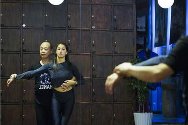 明明有颜值却偏偏要靠才华 俄罗斯美女在渝圆舞蹈梦