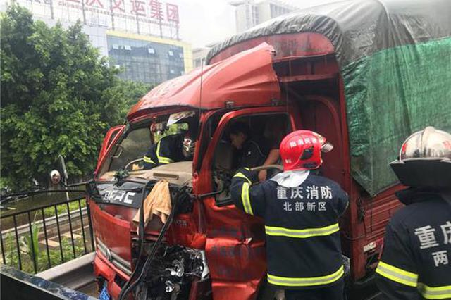 重庆:雨天路滑两车 两车撞了驾驶人员被困车内